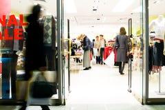 Clientes no centro comercial Imagens de Stock