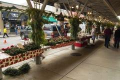 Clientes no mercado histórico dos fazendeiros de Roanoke fotos de stock royalty free