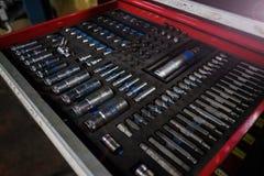Clientes o un constructor del empleado, reparador, amo seleccionar una herramienta para las herramientas de una llave imágenes de archivo libres de regalías