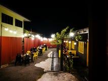 Clientes que cenan en el restaurante del garaje de Mixwell, Sungai Tangkas, Kajang imagen de archivo libre de regalías