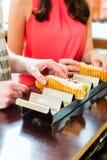 Clientes que comem o Hotdog no snack bar do fast food imagem de stock
