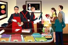 Clientes que compram bolinhos de amêndoa Imagens de Stock Royalty Free