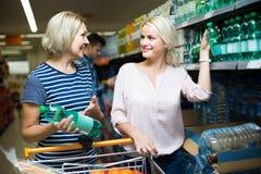 Clientes que compram a garrafa da água imóvel Imagem de Stock Royalty Free