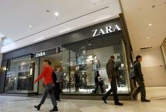 Clientes que compram na alameda - loja de Zara Fotografia de Stock Royalty Free
