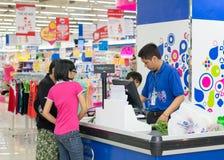 Clientes que compram o alimento no supermercado de Coopmart Fotografia de Stock