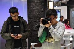 Clientes que compram o equipamento fotográfico Imagens de Stock