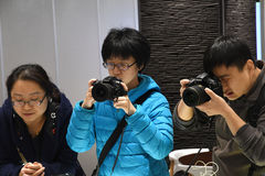Clientes que compram o equipamento fotográfico Foto de Stock Royalty Free