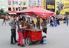 Clientes que compram o milho fervido no quadrado de Taksim Imagem de Stock Royalty Free