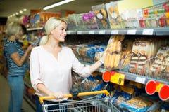 Clientes que compram o pão na loja de alimento Fotografia de Stock