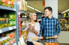 Clientes que compran comida enlatada Fotos de archivo