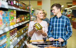 Clientes que compran comida enlatada Foto de archivo libre de regalías