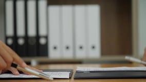 Clientes que encontram o consultante no escritório empresarial A equipe dos executivos assina um contrato, a seguir agita suas mã video estoque