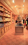 Clientes que escolhem chocolates deliciosos na loja do pasteleiro, Paris, França, 2016 Fotografia de Stock Royalty Free