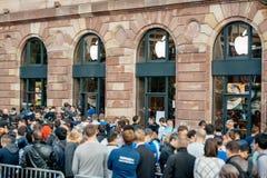 Clientes que esperam na frente de Apple Store Fotos de Stock Royalty Free