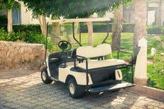 Clientes que esperan con errores del coche o del carro de golf en hotel imagenes de archivo