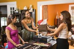 Clientes que fazem a compra. Imagem de Stock