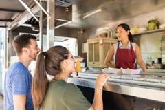 Clientes que fazem a linha em um caminhão do alimento fotos de stock royalty free