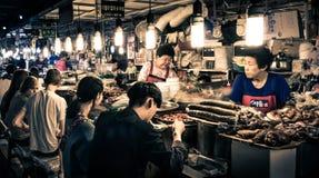 Clientes que gozan de las comidas tradicionales coreanas del ` s - mercado de GwangJang fotos de archivo