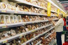 Clientes que hacen compras en el supermercado foto de archivo