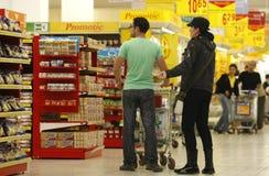 Clientes que hacen compras en el supermercado Fotos de archivo libres de regalías