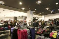 Clientes que hacen compras en interior del almacén del neoyorquino fotografía de archivo