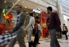 Clientes que hacen compras en la alameda - almacén del puma foto de archivo libre de regalías