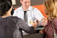 Clientes que pagan por la tarjeta de crédito Imagen de archivo libre de regalías