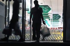 Clientes que retiram a mercearia (movimento borrado) Fotos de Stock Royalty Free