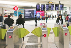Clientes que usan las máquinas de proceso automáticas del boleto en el ferrocarril de la cruz del sur, Melbourne foto de archivo