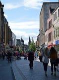 Clientes, rua principal, Perth, Escócia Fotografia de Stock