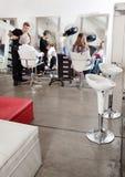 Clientes y peluquero en salón Fotos de archivo