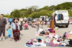 Clienti alle vendite del mercato e del carboot dell'aria aperta di Prestatyn fotografie stock libere da diritti