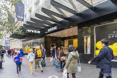 Clienti che camminano fuori di Myer a Melbourne immagine stock