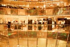 Clienti che comprano i vestiti nel centro commerciale Galerie Lafayette Fotografie Stock Libere da Diritti