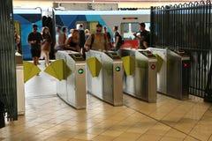 Clienti che per mezzo delle macchine utensili automatiche del biglietto alla stazione della via del Flinders, Melbourne Fotografie Stock Libere da Diritti