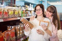 Clienti che scelgono i dolci tradizionali Fotografia Stock