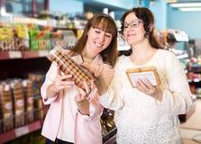 Clienti che scelgono pasticceria in alimentari Immagini Stock