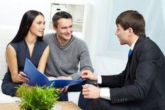 Clienti consultantesi immagine stock
