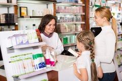Clienti d'aiuto del farmacista positivo della donna Fotografia Stock Libera da Diritti