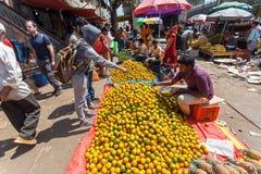 Clienti dei mandarini e dei limoni d'acquisto del mercato di strada al mercato dell'agricoltore Fotografie Stock