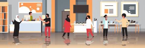 Clienti della corsa della miscela negli ospiti interni del deposito moderno di tecnologia che scelgono lo smartphone dello scherm royalty illustrazione gratis