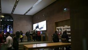 Clienti dentro il deposito dei calcolatori Apple archivi video