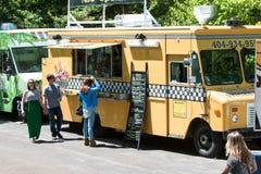 Clienti di servire dei camion dell'alimento al festival di primavera di Atlanta Immagine Stock Libera da Diritti