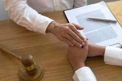Clienti di tocco e di rispetto dell'avvocato per fidarsi dell'associazione Concetto di promessa di fiducia fotografie stock