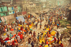 Clienti e commercianti del mercato enorme del fiore di Mullik Ghat sulla vecchia via indiana Immagini Stock Libere da Diritti