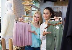 Clienti femminili che scelgono nuovo indumento fotografia stock