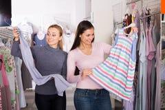 Clienti femminili che selezionano i vestiti di sonno Immagini Stock Libere da Diritti