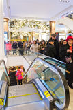 Clienti a Macys il giorno di ringraziamento, il 28 novembre Immagine Stock