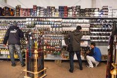 Clienti nel negozio di pesca fotografia stock libera da diritti
