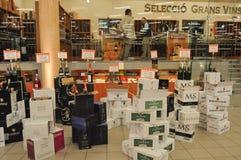 Clients à l'intérieur d'un magasin de vin et d'alcool Photographie stock